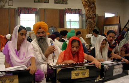 Bhai Gurdarshan Singh instructing during the Kirtan class